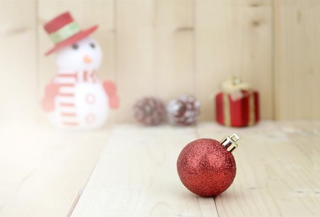 Blured zabawka bałwan stoi obok świątecznej dekoracji