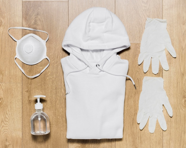 Bluza z butami, rękawiczkami i środkiem dezynfekującym