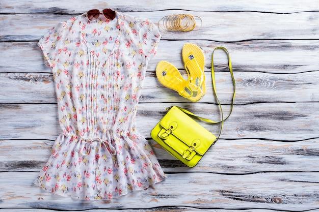 Bluzka, klapki i torebka. lekka bluzka i limonkowa torebka. strój damski z jasnymi dodatkami. letnia odzież w niskiej cenie.