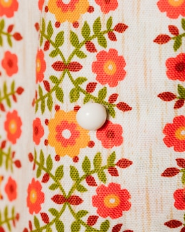 Bluzka z kwiatami i białym guzikiem z bliska
