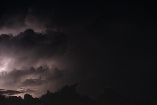 Błyskawica podczas burzy w nocy