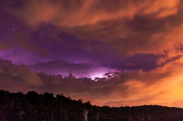 Błyskawica w nocy na wzgórzu