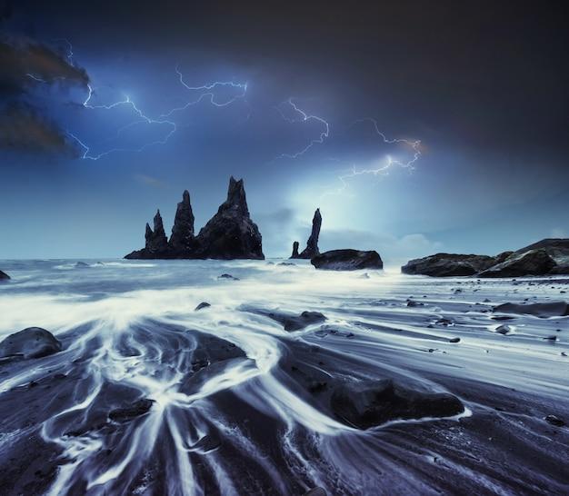 Błyskawica w pochmurne ciemne niebo. doroczna fantastyczna nocna scena.