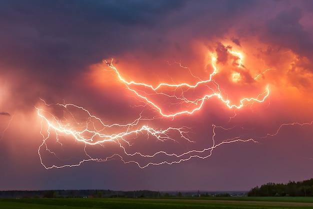 Błyskawica z dramatycznymi chmurami burzy z piorunami