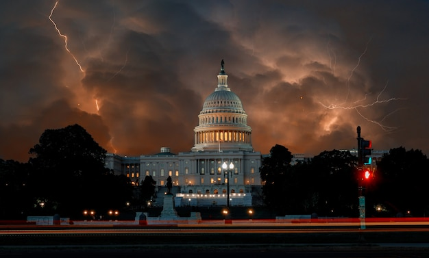 Błyskawica z dramatycznymi chmurami na stany zjednoczone capitol budynku w waszyngton dc usa