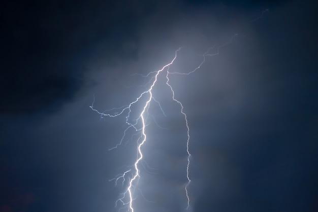 Błyskawice i odważne uderzenie pioruna w letnią burzę