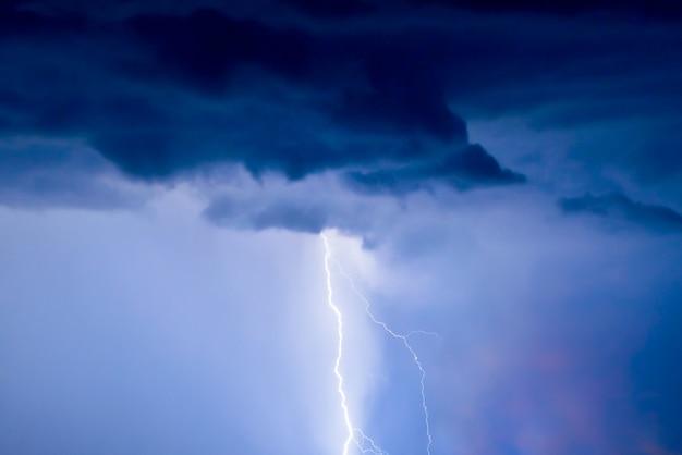 Błyskawice i śmiałe grzmoty podczas letniej burzy