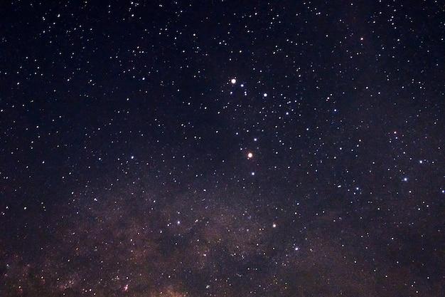 Błyskotliwe gwiazdy z milky sposobem w nocnym niebie