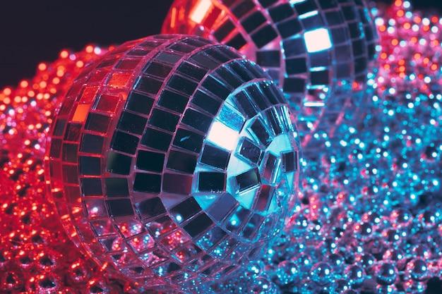 Błyszcząca dyskoteka z lustrzanymi kulkami odbijającymi światło