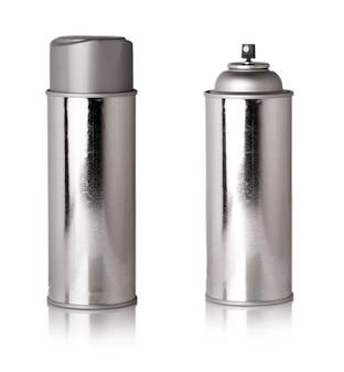 Błyszcząca metaliczna butelka z rozpylaczem wyrzeźbionym na białej powierzchni