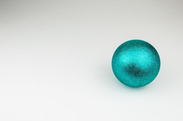 Błyszcząca niebieska piłka boże narodzenie na białym tle