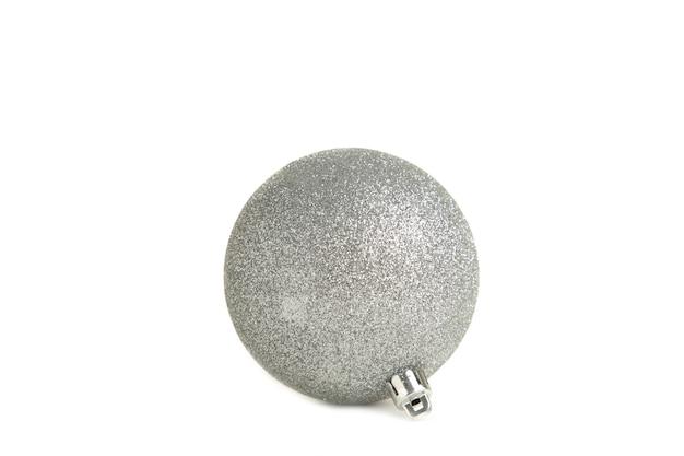 Błyszcząca srebrna bombka na białym tle