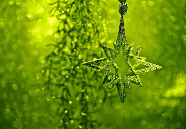 Błyszcząca srebrna gwiazda i zielone światła świąteczna błyszcząca dekoracja koncepcja kartki świątecznej