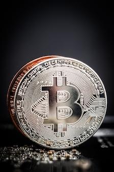 Błyszcząca srebrna i miedziana tablica komputerowa bitcoin