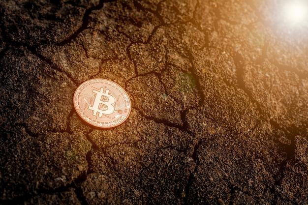 Błyszczące bitcoiny na ziemi.