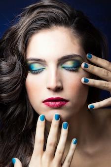 Błyszczące luksusowy kosmetyk ręka pani