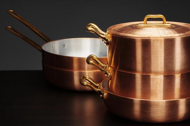 Błyszczące miedziane naczynia kuchenne w stylu vintage