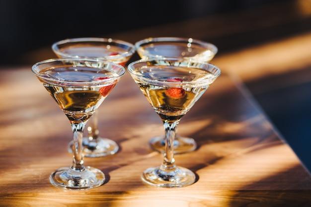 Błyszczące napoje w kieliszkach koktajlowych