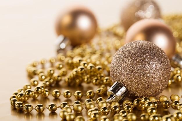 Błyszczące świąteczne dekoracje w aranżacji