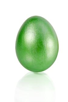 Błyszczące zielone jajko wielkanocne na białym tle