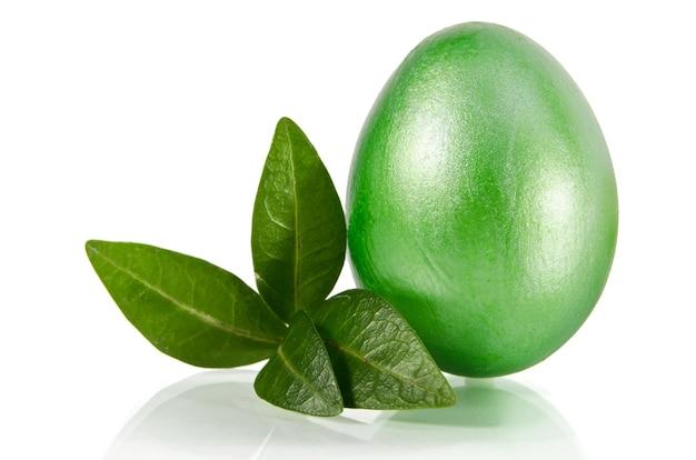 Błyszczące zielone pisanki na białym tle