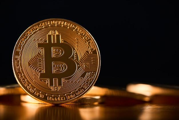 Błyszczące złote bitcoiny