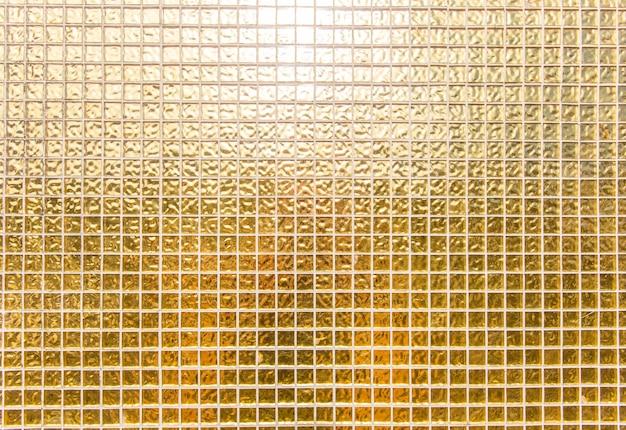 Błyszczące złote tło płytek ściennych lub złote tło mozaiki