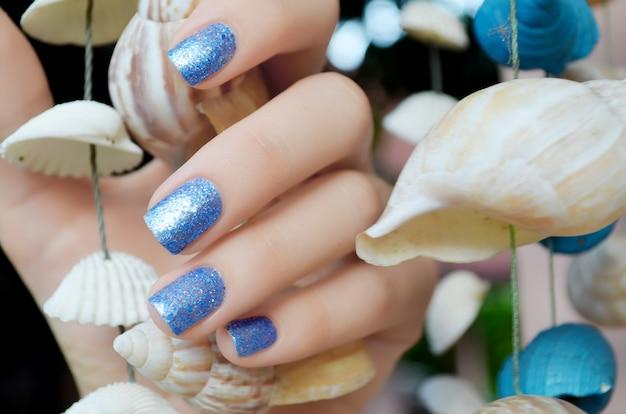 Błyszczący piękny niebieski manicure