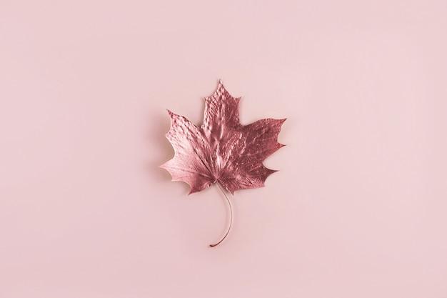 Błyszczący złoty marple liść na różowo, widok z góry