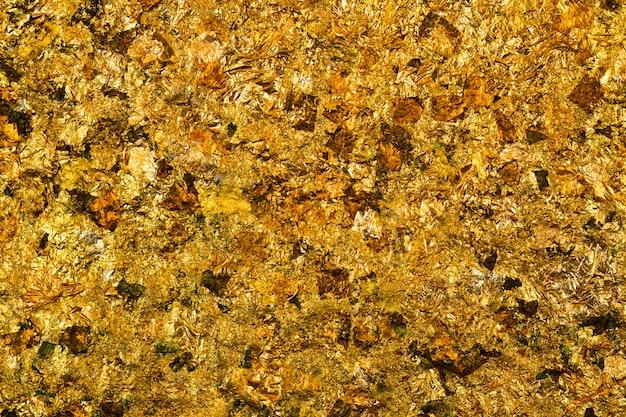 Błyszczący żółty liść złota lub skrawki tła złotej folii