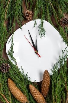 Boże Narodzenie nakrycie stołu z płyty, sztućce i dekoracje