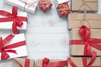 Bożenarodzeniowa dekoracja, prezenta pudełko i sosen gałąź na drewnianym tle ,.