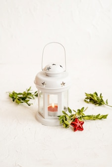 Bożenarodzeniowy dekoracyjny biały lampion na lekkim tle