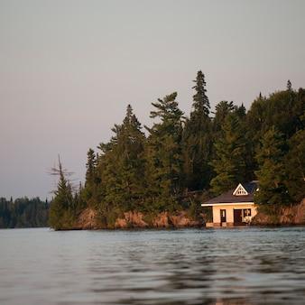 Boathouse przy linii brzegowej w jeziorze drewna, ontario