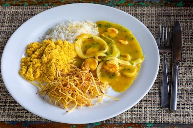 Bob de camaro z kalmarem i krewetkami. kuchnia brazylijska.