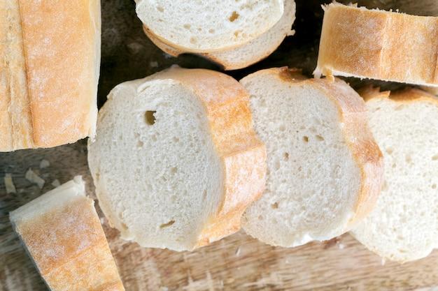 Bochenek bagietki pszennej pokroić w plasterki