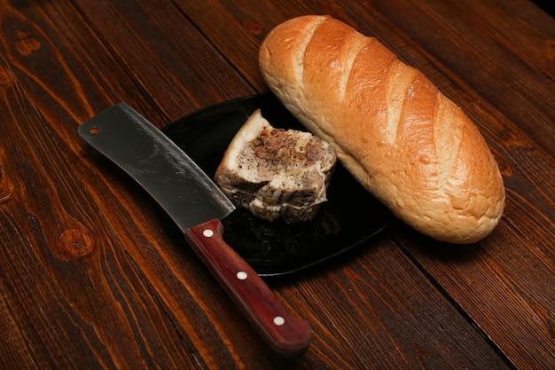 Bochenek białego chleba domowy gorący i smalec wieprzowy