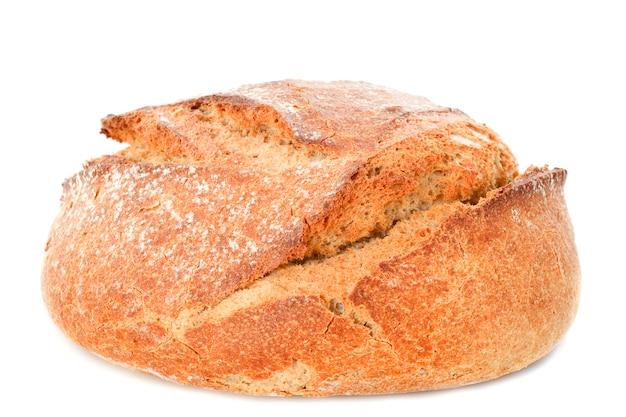 Bochenek chleba na białym tle