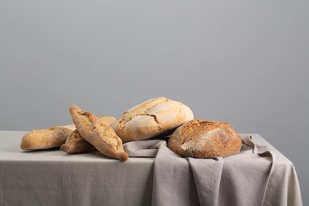 Bochenek chleba na podłoże drewniane, zbliżenie żywności