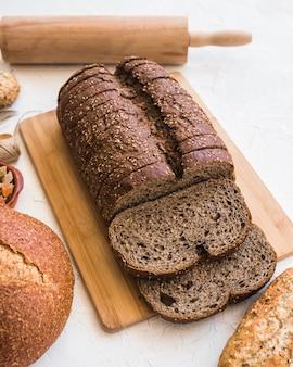 Bochenek chleba na pokładzie cięcia