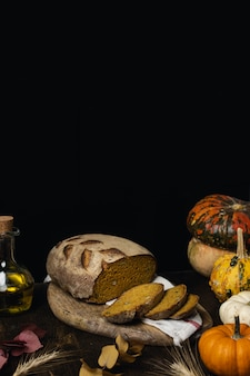 Bochenek chleba organiczny chleb na zakwasie na ciemnym drewnianym stole