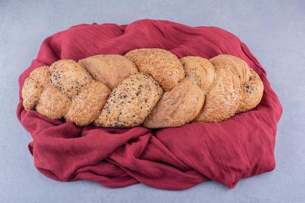 Bochenek chleba strucia na tkaninie na powierzchni marmuru