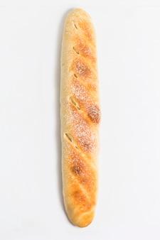 Bochenek chleba widoku z góry na białym tle