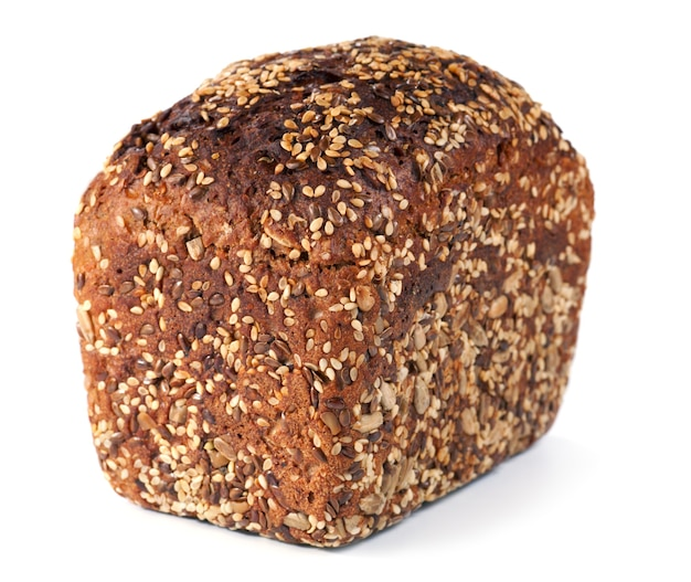 Bochenek chleba żytniego całego na białym tle