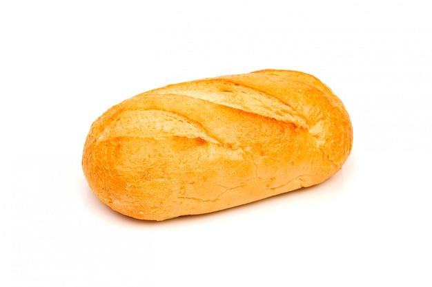 Bochenek chleba żytniego lub bagietki na białej przestrzeni