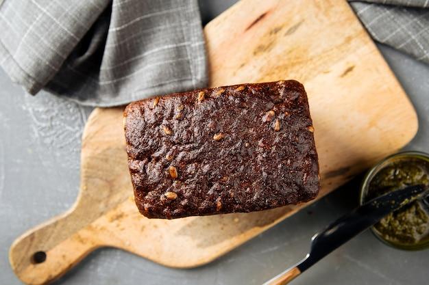 Bochenek chleba żytniego pełnoziarnistego z sosem pesto