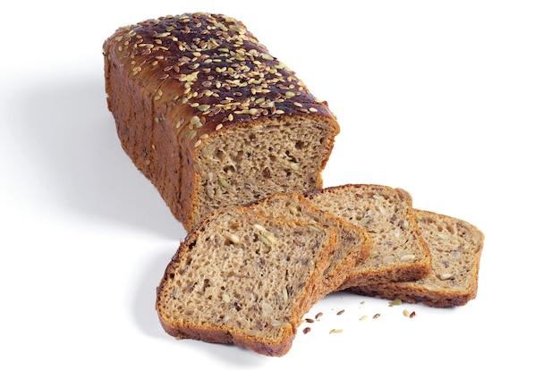 Bochenek i kawałki chleba żytniego z pestkami