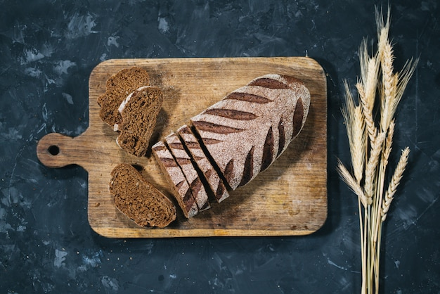 Bochenek świeżego krojonego chleba