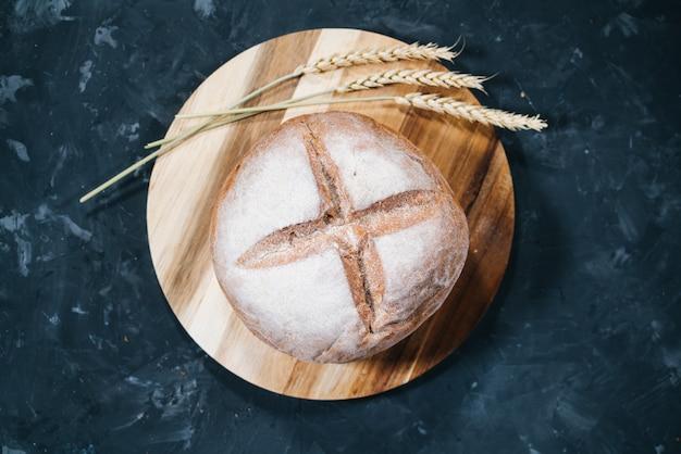 Bochenek świeżego okrągłego chleba