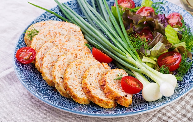 Bochenek z kurczaka z cebulą i marchewką. zdrowy pieczeń.